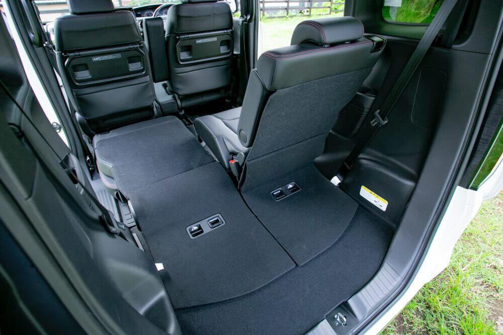 Hondaの軽自動車N-BOXの車内。片側のリアシートを倒して荷室の収納空間を増やした様子の画像