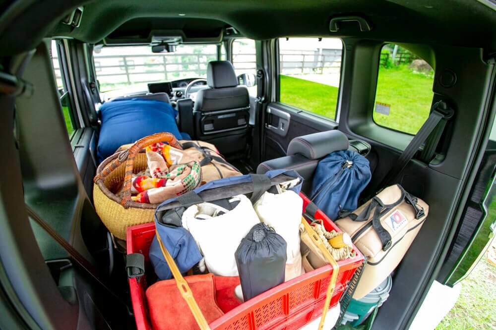 Hondaの軽自動車N-BOXに3人キャンプ想定のキャンプギアを一式積み込んだ様子(車内)