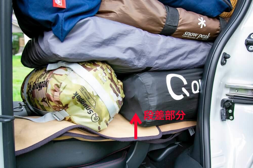 Hondaの軽自動車N-BOXに荷物を積むときのポイント。荷室とリアシート部分の段差をマットなどで埋めている様子