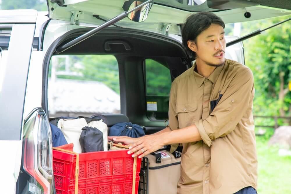 Hondaの軽自動車N-BOXに荷物を積むときのポイントを説明するアオさん