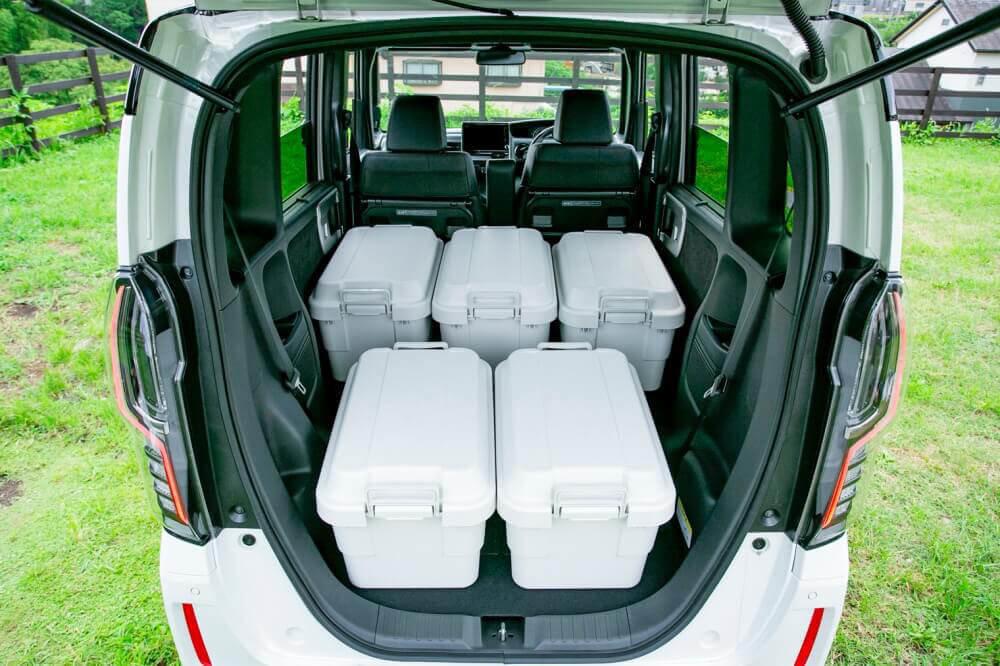 リアシートをすべて倒した:Hondaの軽自動車N-BOXに無印良品の「ポリプロピレン頑丈ボックス・大」を積み込んだ様子。平置きで5個、重ねて10個積めることがわかる