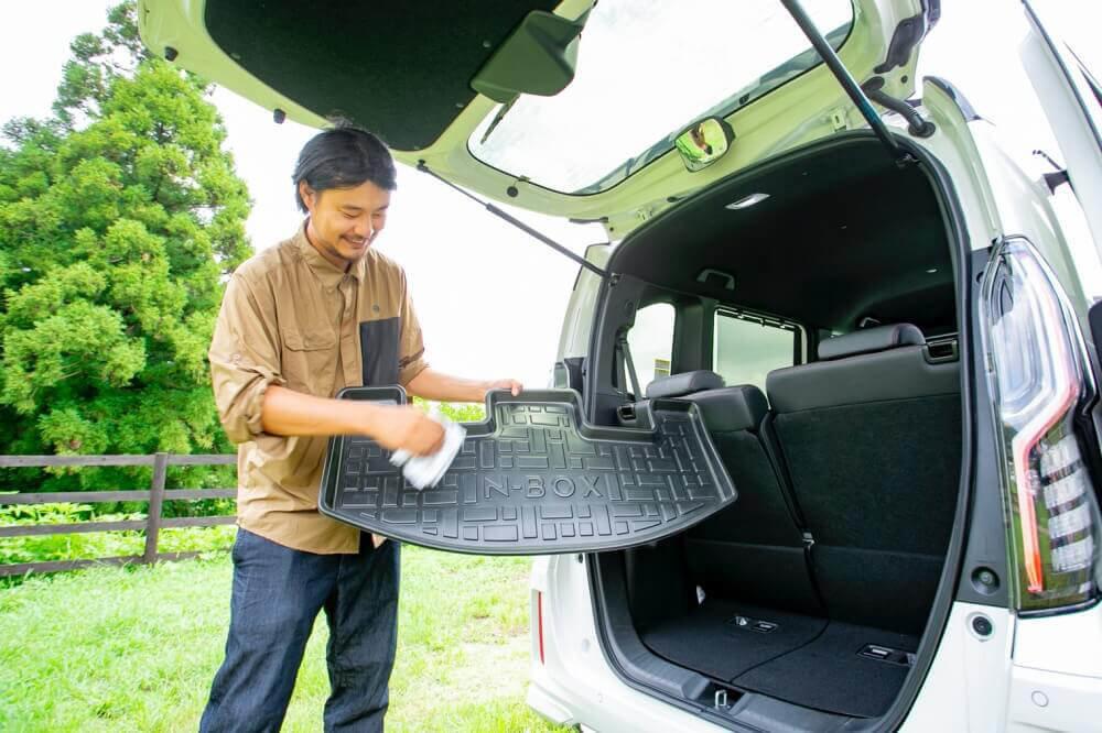 Hondaの軽自動車N-BOXの純正アクセサリー「ラゲッジトレイ」。簡単に取り外せて、はたくだけで掃除できることがわかる