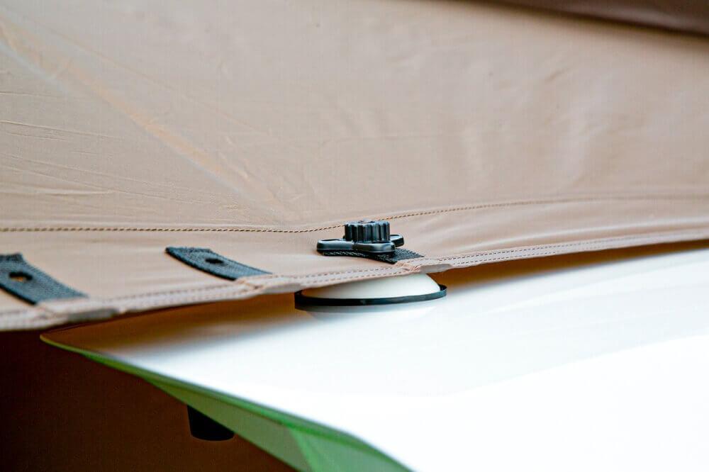 Hondaの軽自動車N-BOXにogawa「カーサイドタープ」を取り付ける際のポイント説明。タープの一番内側の吸盤穴を使用している画像