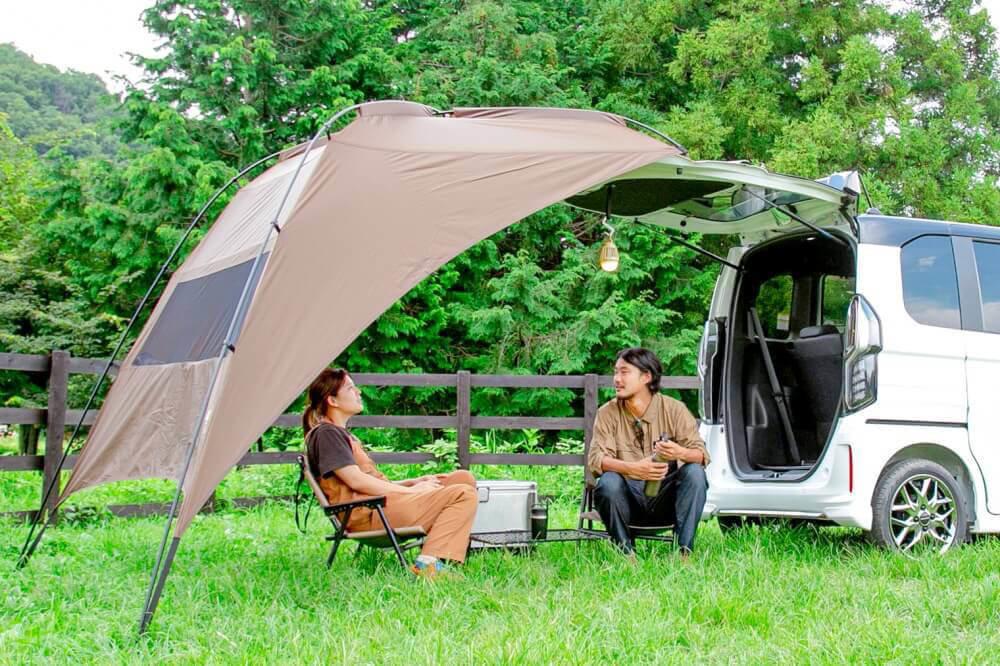 Hondaの軽自動車N-BOXにogawa「カーサイドタープ」を取り付けてリラックスする野あそび夫婦