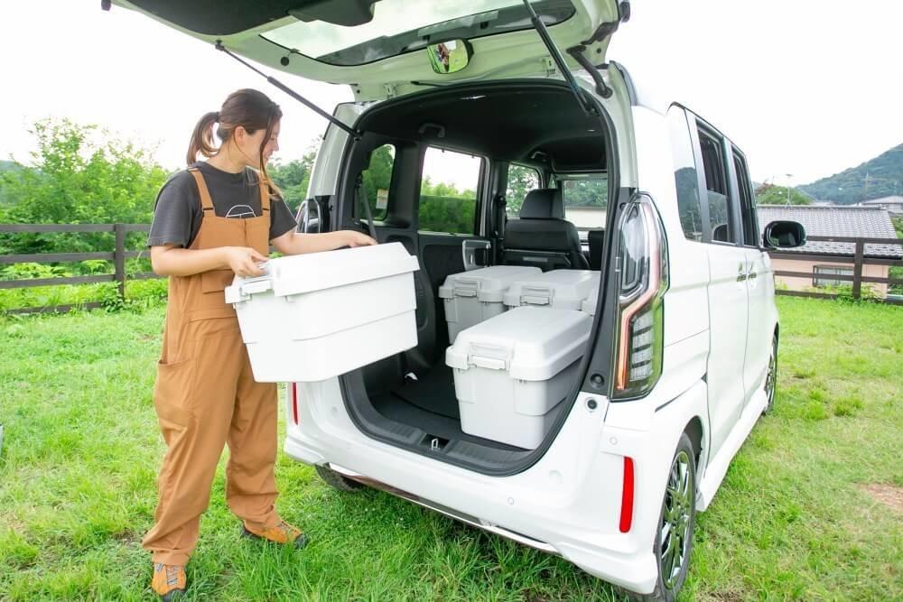 Hondaの軽自動車N-BOXに、キャンプで人気の無印良品「ポリプロピレン頑丈ボックス・大」を積み込むエリーさん