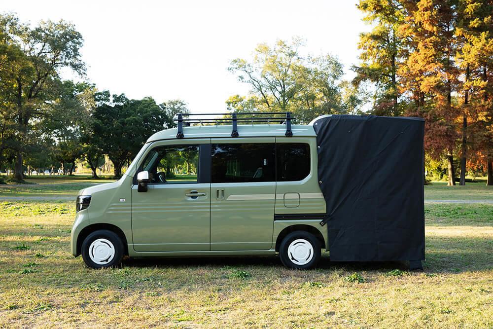 Hondaの軽自動車N-VAN専用、ホンダアクセスのテールゲートカーテン。真横から写した画像