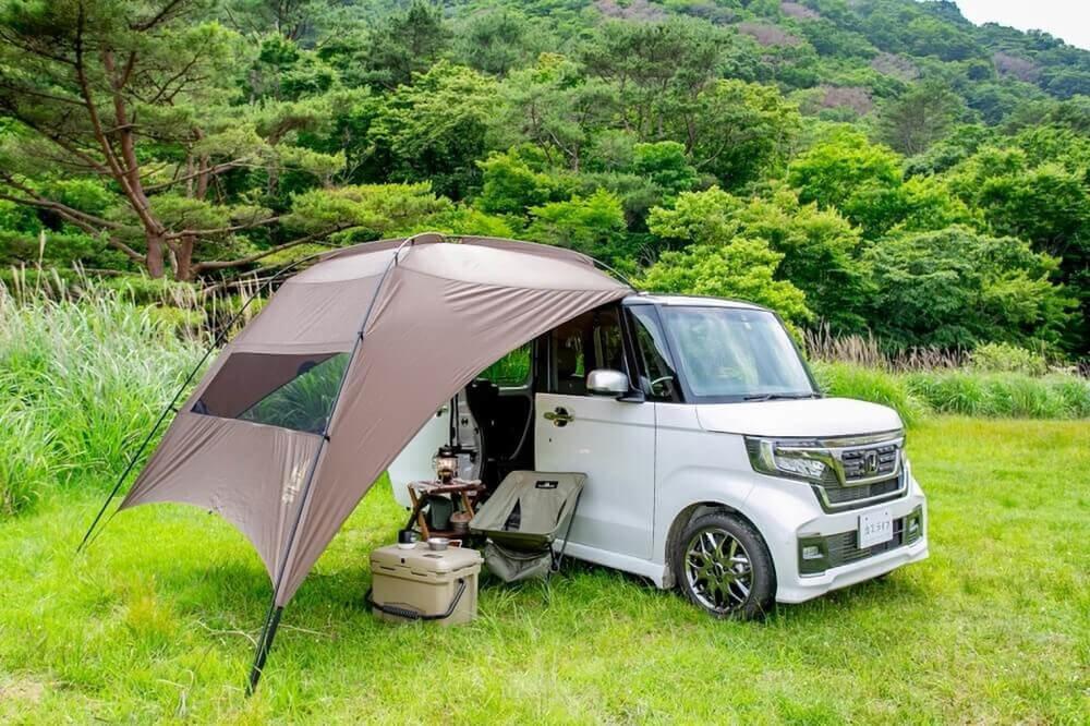 Hondaの軽自動車N-BOXにogawaのカーサイドタープAL-Ⅱを取り付け。斜め前から写した画像