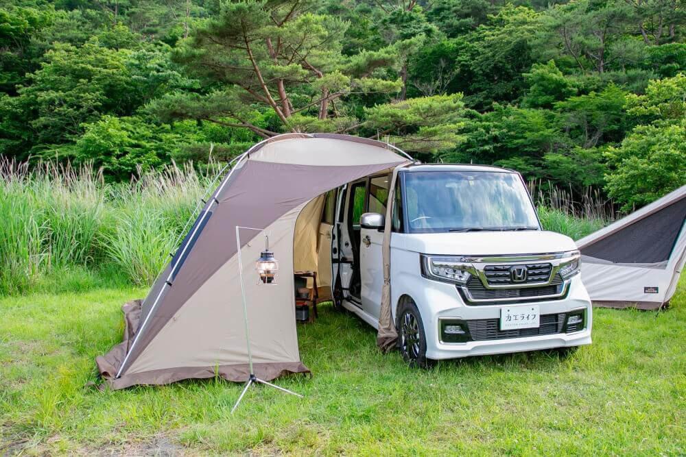 Hondaの軽自動車N-BOXに、ogawaのカーサイドシェルターを取り付け。斜め前から写した画像。