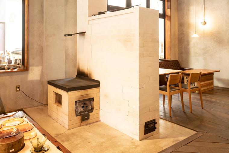 ロシア発祥のペチカストーブで柔らかに温められた部屋