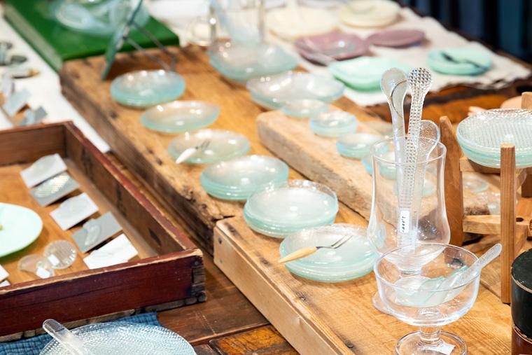アンティークのガラス戸を素材にした小皿は軽くて繊細でとても綺麗です