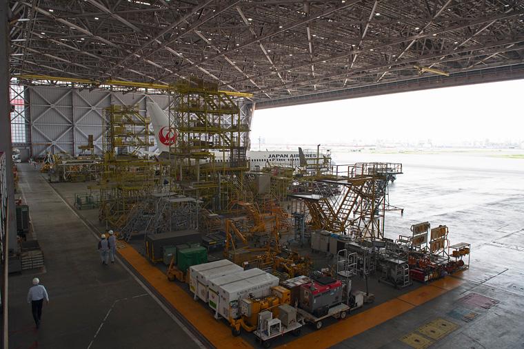 JALの格納庫は羽田空港内に3棟あり、2棟には作業用のやぐらがあって、高所の作業ができるようになっています