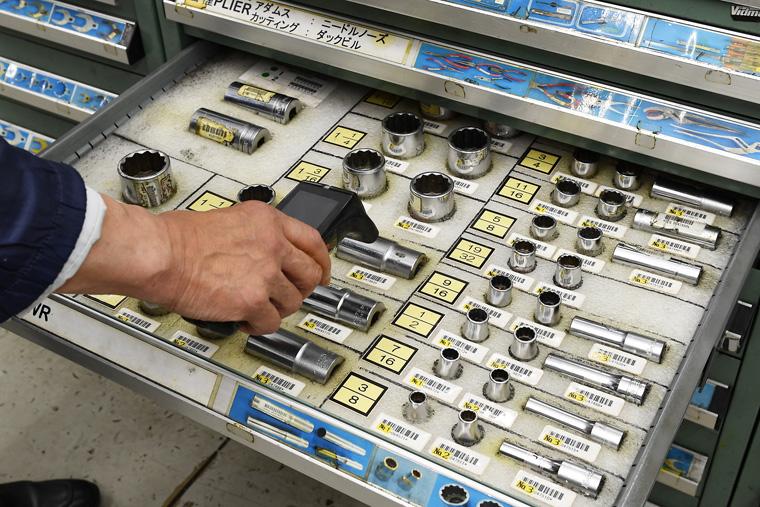 機体整備用の工具が集められているツールルームです。ここの工具はバーコードで管理されていて、持ち出し時と返却時には認証が必要です。こうすることで機内に工具を忘れたりすることを防いでいます。なお、返却記録がない場合は見つかるまで探すとのことです