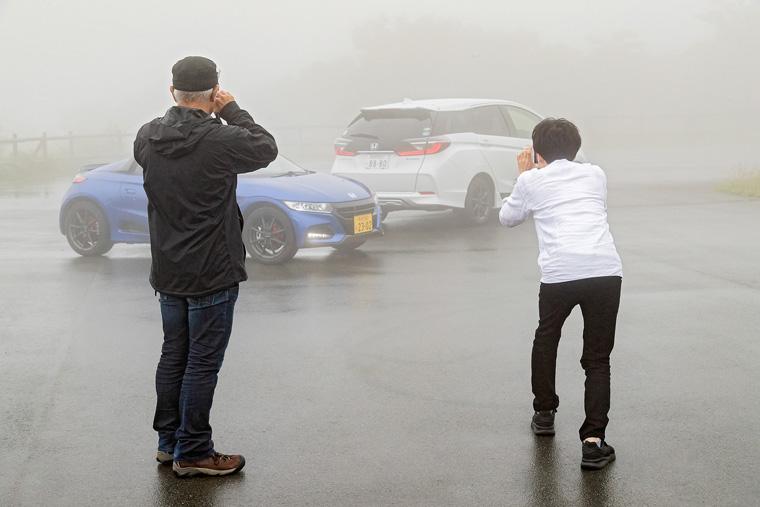 堤先生は、霧の中に浮かび上がる2台を高めの位置から
