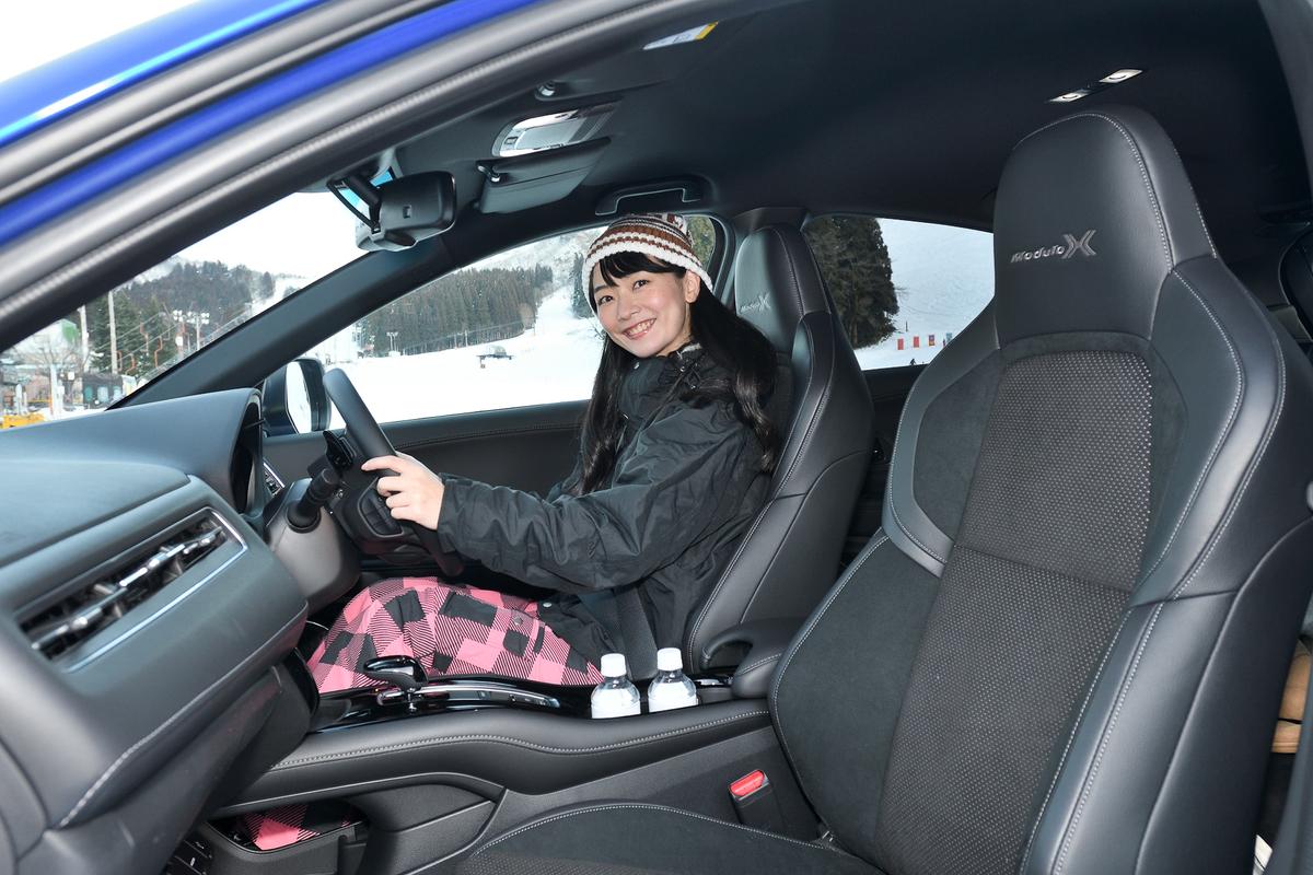 ハンドルを握る岩田美音さん。Modulo Xの専用シートは肌触りもよく長時間ドライブでも疲れにくい