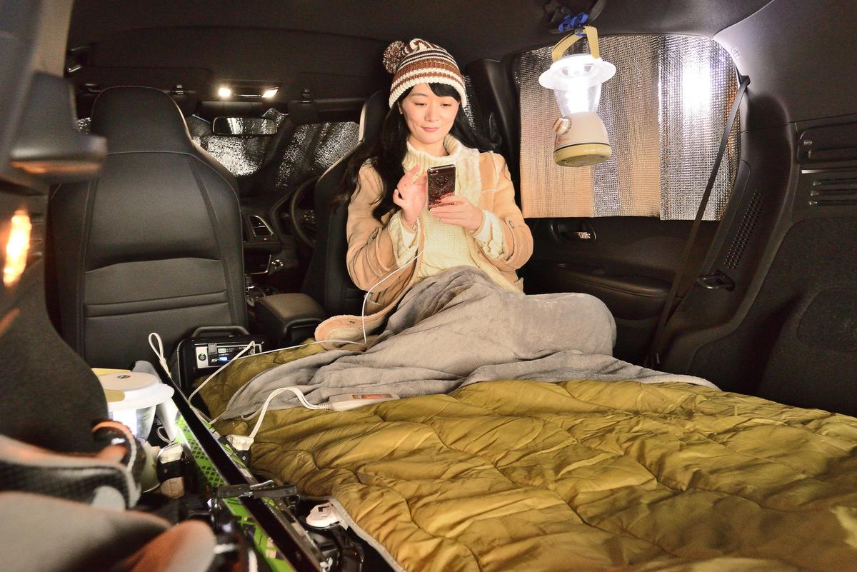 運転席側のフロントシート背面にもたれかかった方が、クッション性もあって断然ラク。全席と後席の間には少し空間ができるので、荷物や空気枕などを入れて詰め物をしておくといい感じ