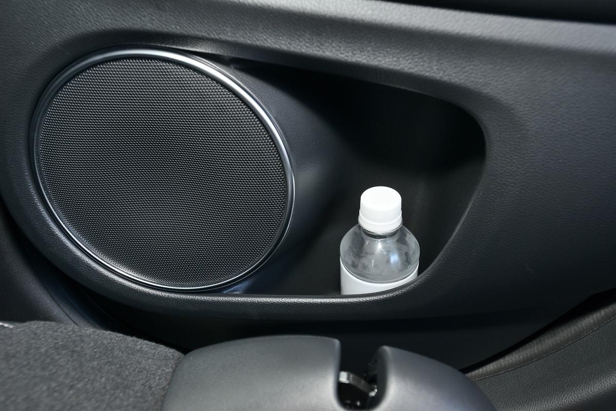 リアドアにはカップホルダーがあるので、飲み物を置くのに便利。フロントだけでなくリアシート上にもマップランプがあって、ラゲッジルームには12Vのアクセサリーソケットがあります