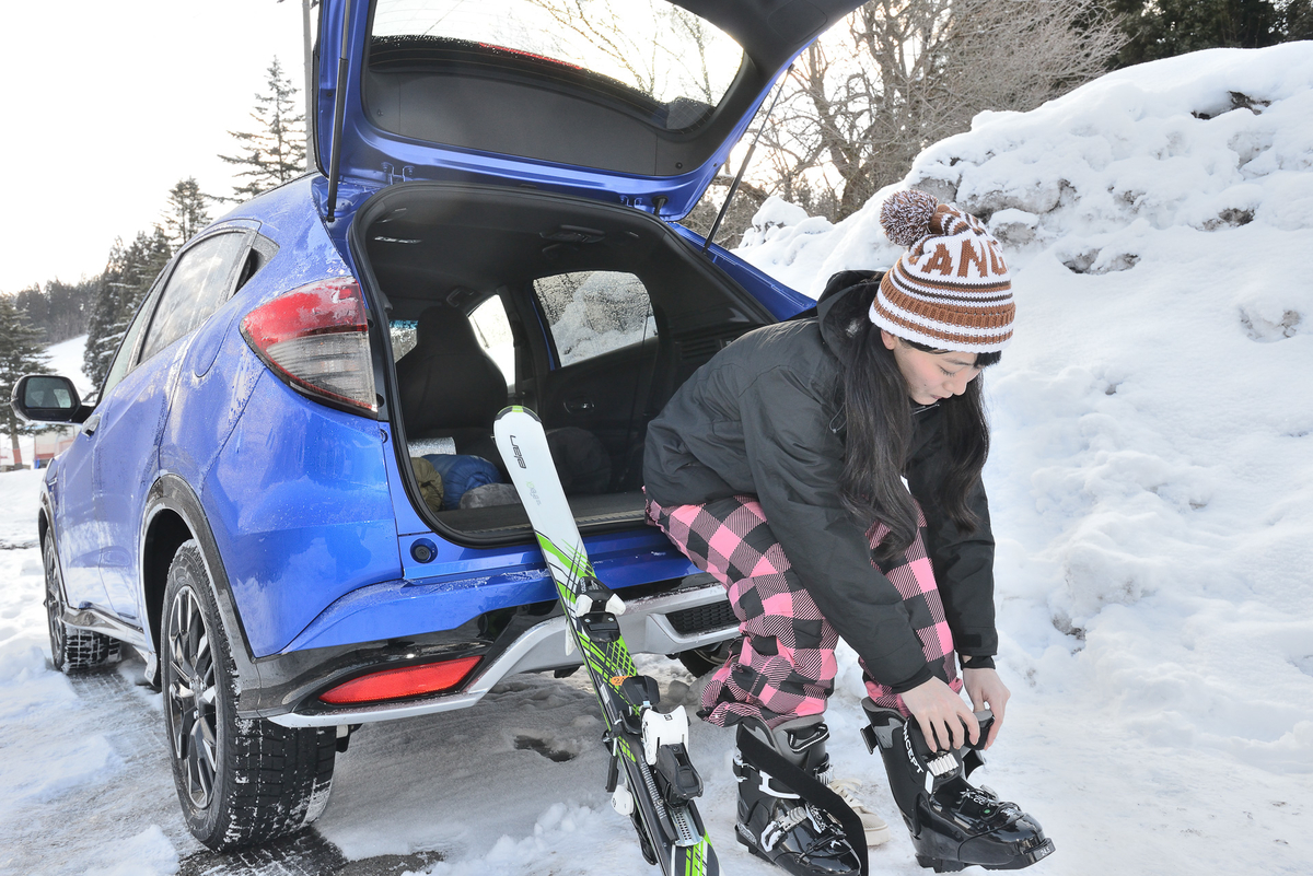 リアゲートを開けると、スキーの準備もはかどります。外の天候が悪いときは、車内でリアシート座面を跳ね上げてブーツを履くこともできます