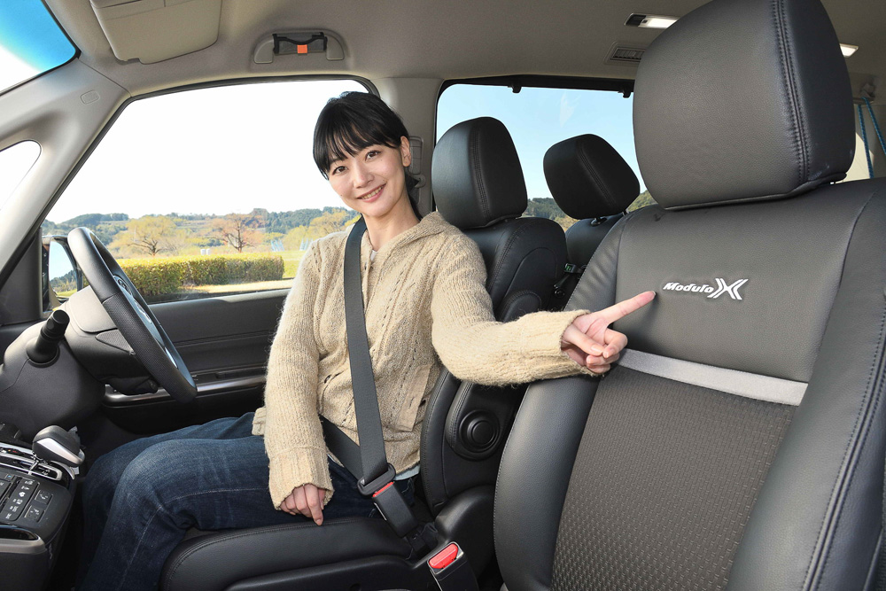 ドライブするのはモデルの岩田美音(みおん)さん。フロントの専用ブラック コンビシートには「Modulo X」のロゴマークが!