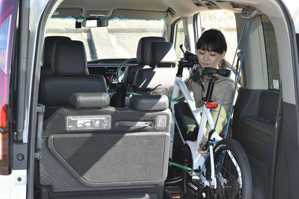 3列目シートを留めるフックを活用すると自転車の固定に便利