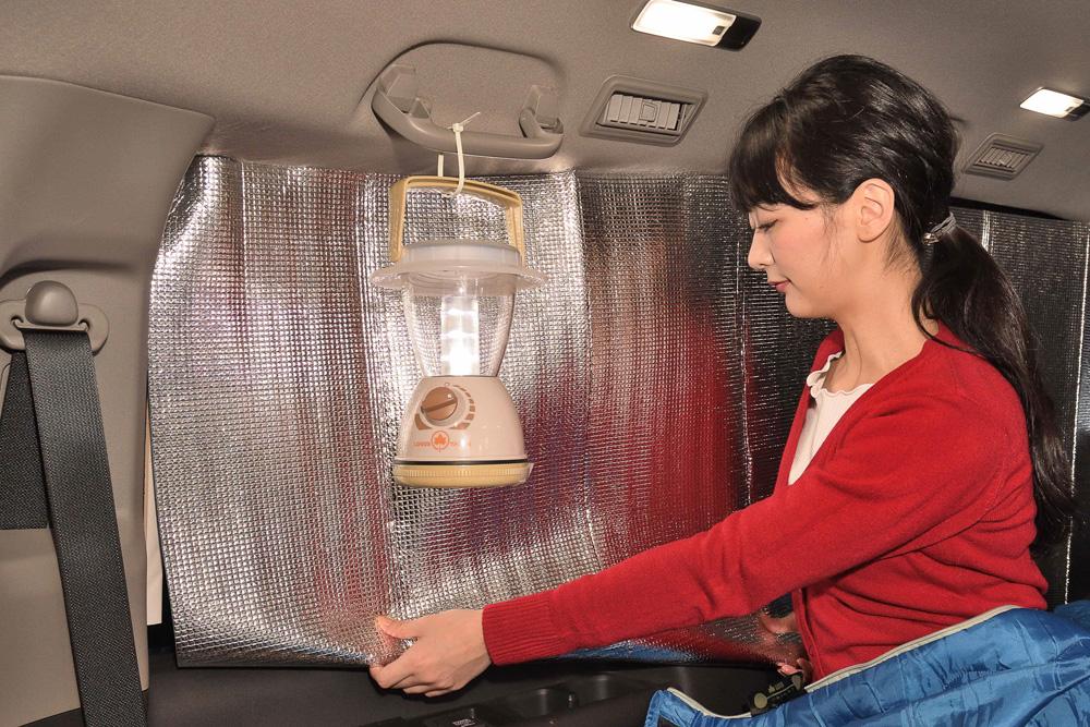 目隠しと断熱を考えて、窓には「お風呂用アルミシート」を貼ります