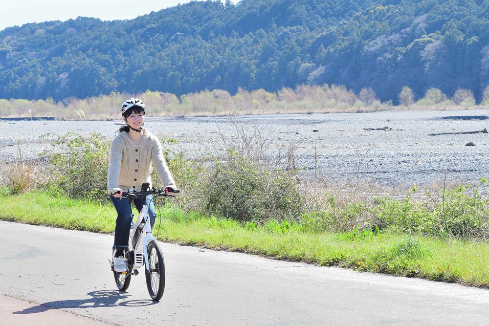 大井川を気持ちよくサイクリング。下流は広くなだらかなので、初心者でも楽しめます