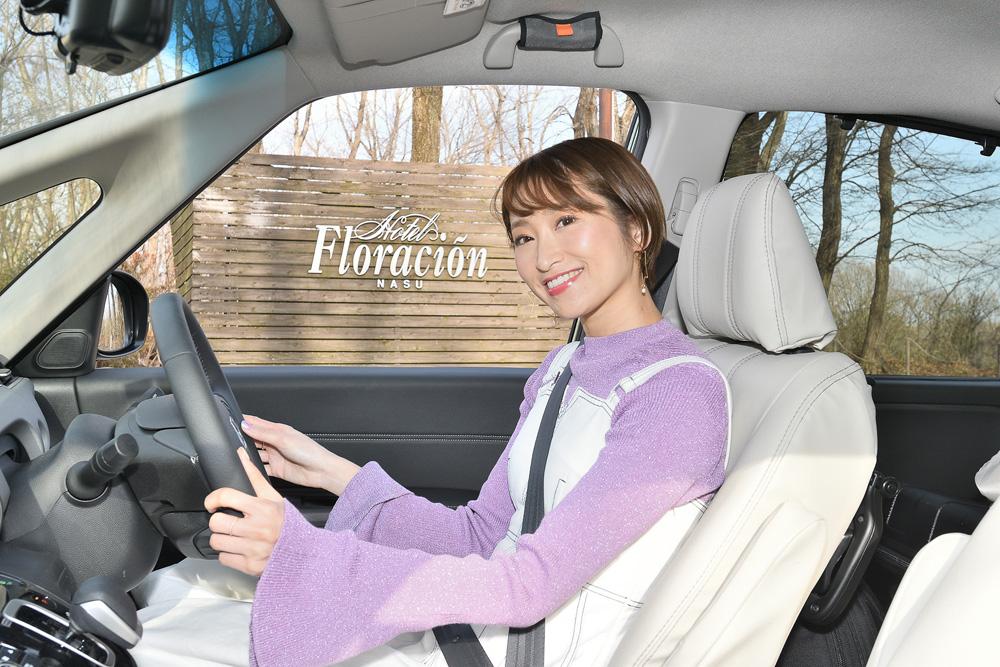 ハンドルを握るのは、モデルの三井菜那さん。「アイボリーのシートカバーで車内がとっても明るくて素敵!」