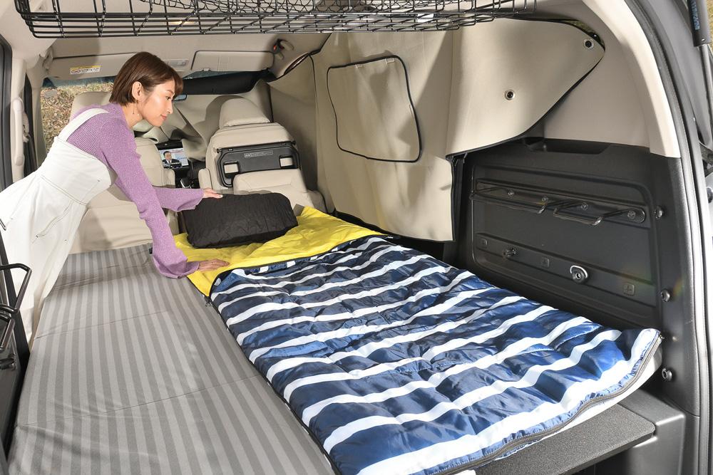 車中泊モードへチェンジ完了。純正アクセサリーのラゲッジクッションマットと寝袋を敷けばもう快適ベッドです