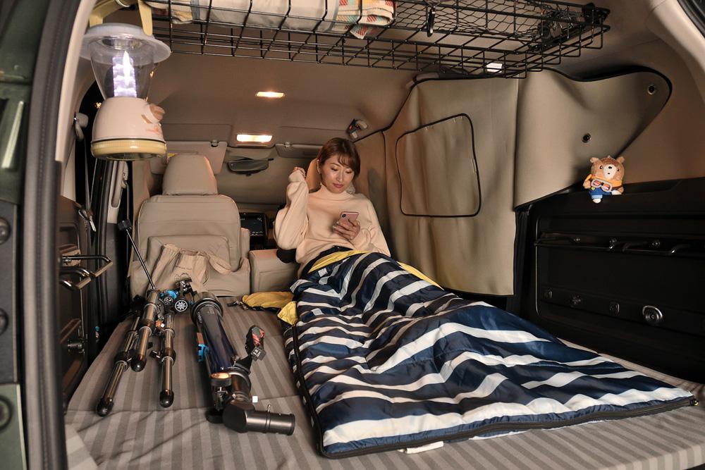 車内は広くて快適です。スマホチェックしながら休憩中。スマホには星座アプリもあるので便利