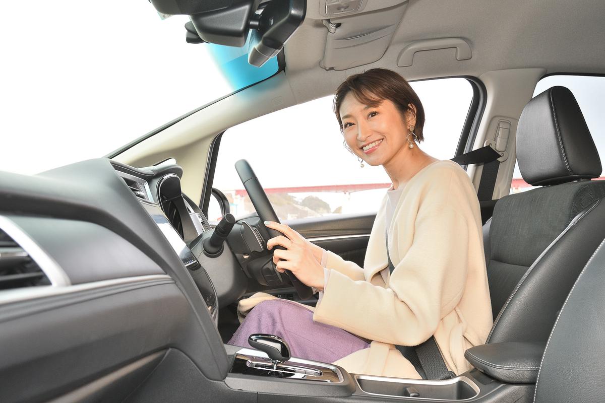 ドライブするのはモデルの三井菜那さん。車中泊で釣りに初挑戦します