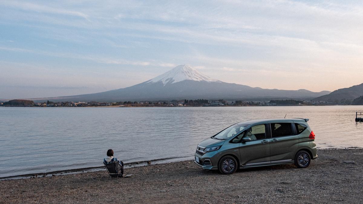 キャンプ場で富士山を眺める写真