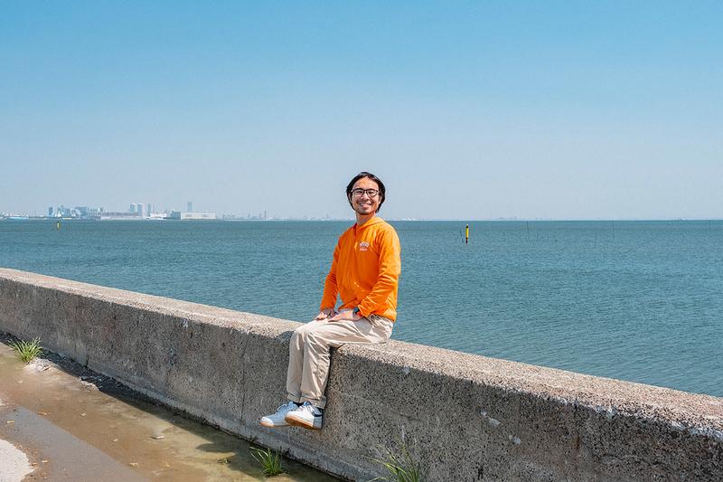 防波堤に座っている地主さんの写真