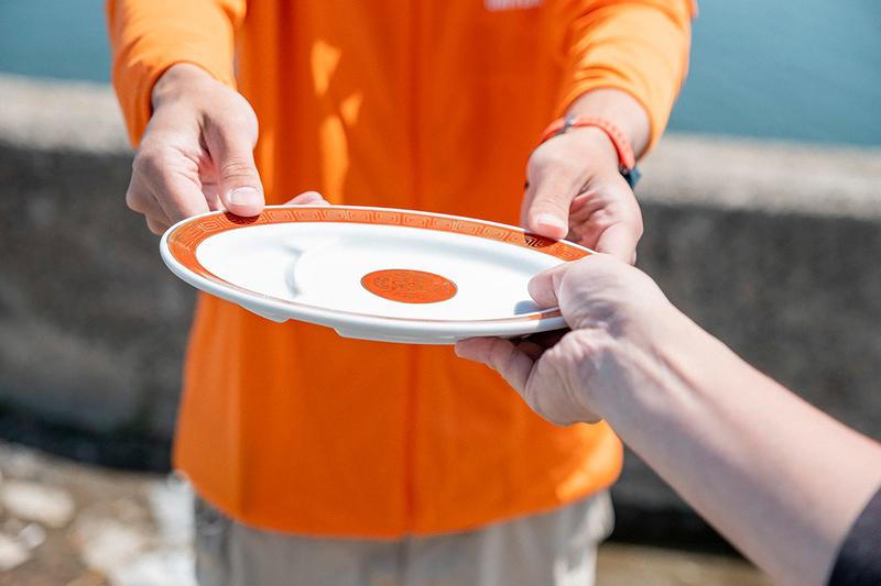 餃子皿が渡されている写真