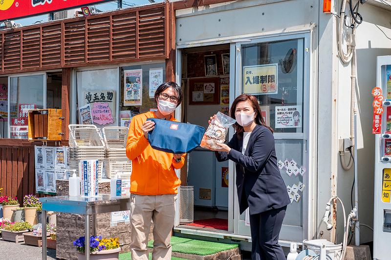おおみやジャンボ餃子を買った地主さんと取締役との写真