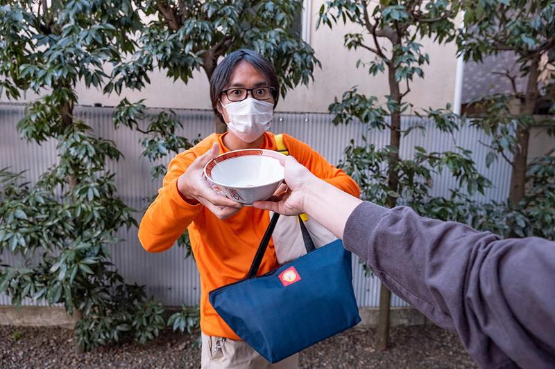 茶碗を受け取る地主さんの写真
