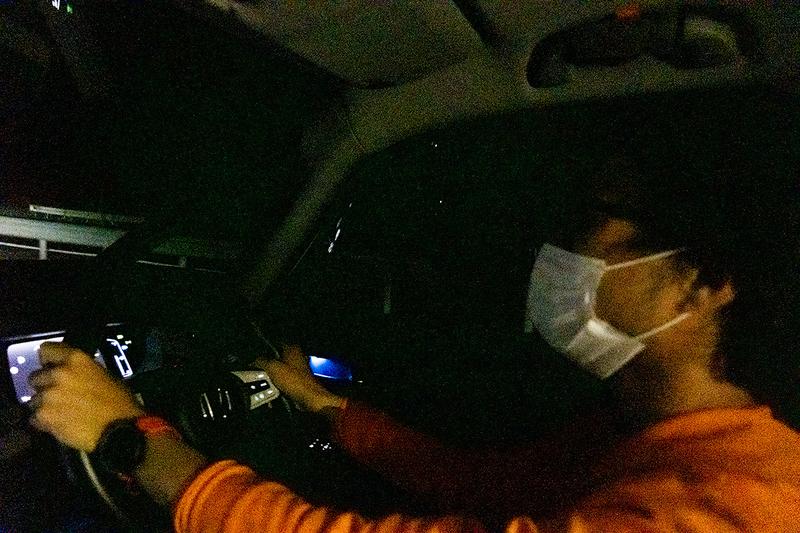 運転している地主さんの写真