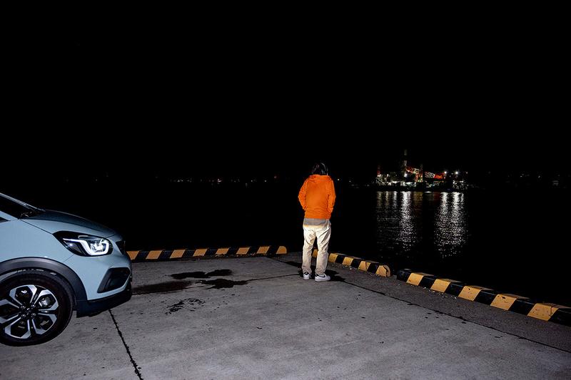 海を見ている地主さんの写真