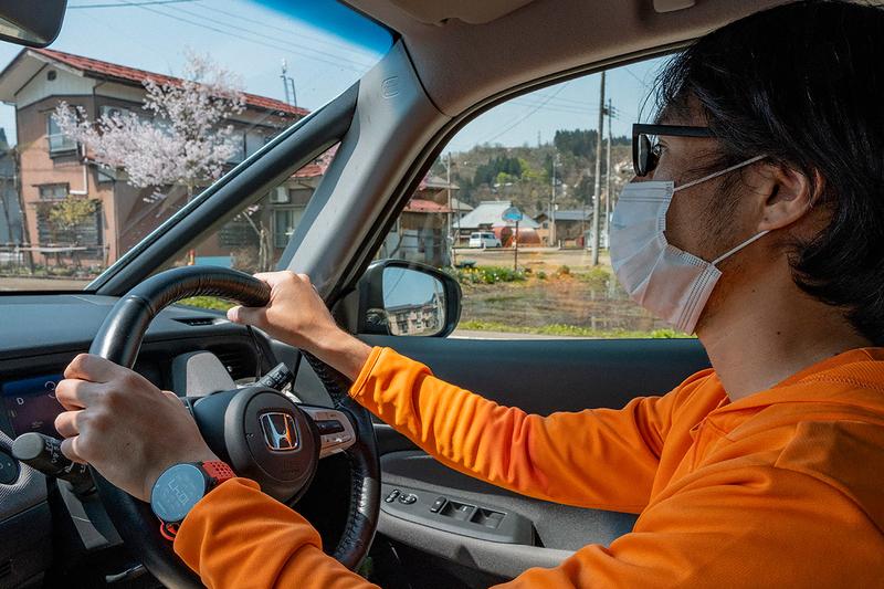 フィットを運転している地主さんの写真