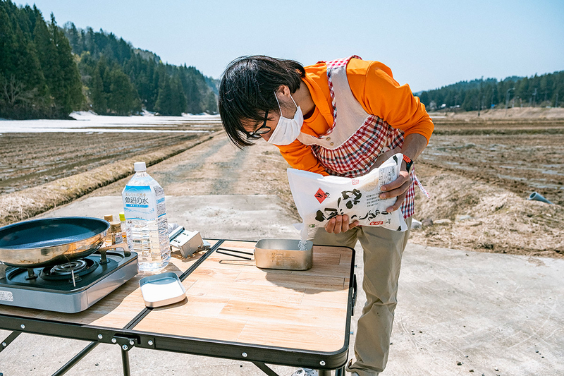 メスティンにお米を入れる地主さんの写真