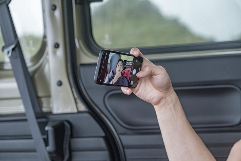 車内で自撮りをする写真