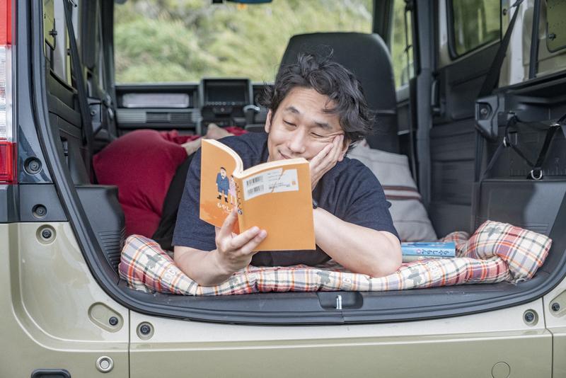 車内で漫画を読んでいる写真