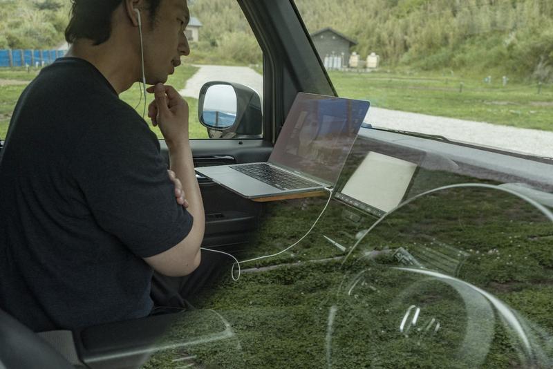 車内でミーティングをしている写真