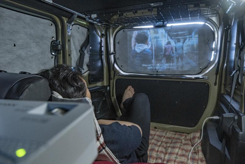 車内で映画を観ている写真