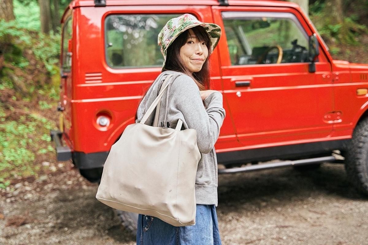 ともさんとキャンプ用品の入った手荷物