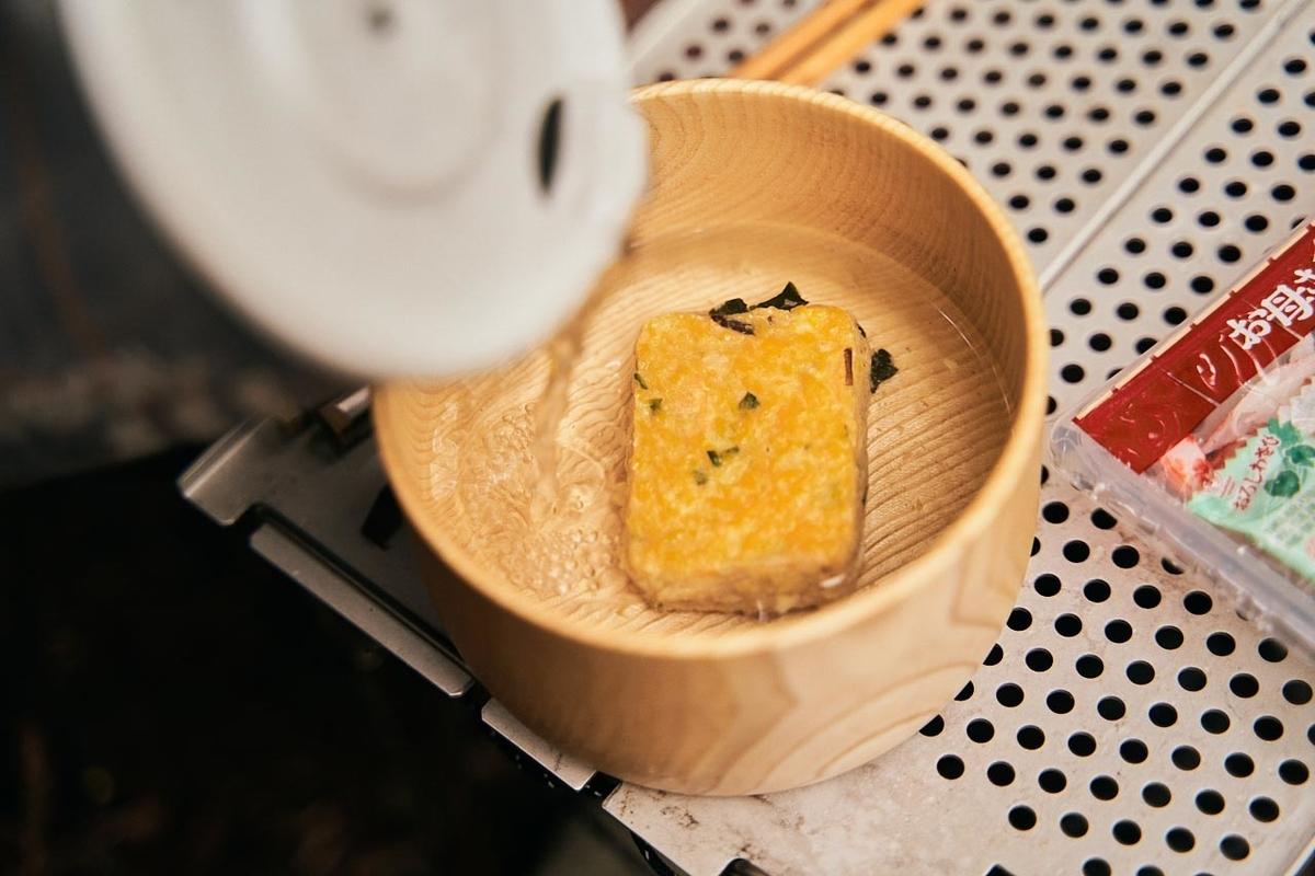 固形のふわふわたまごのスープにお湯を注ぐ