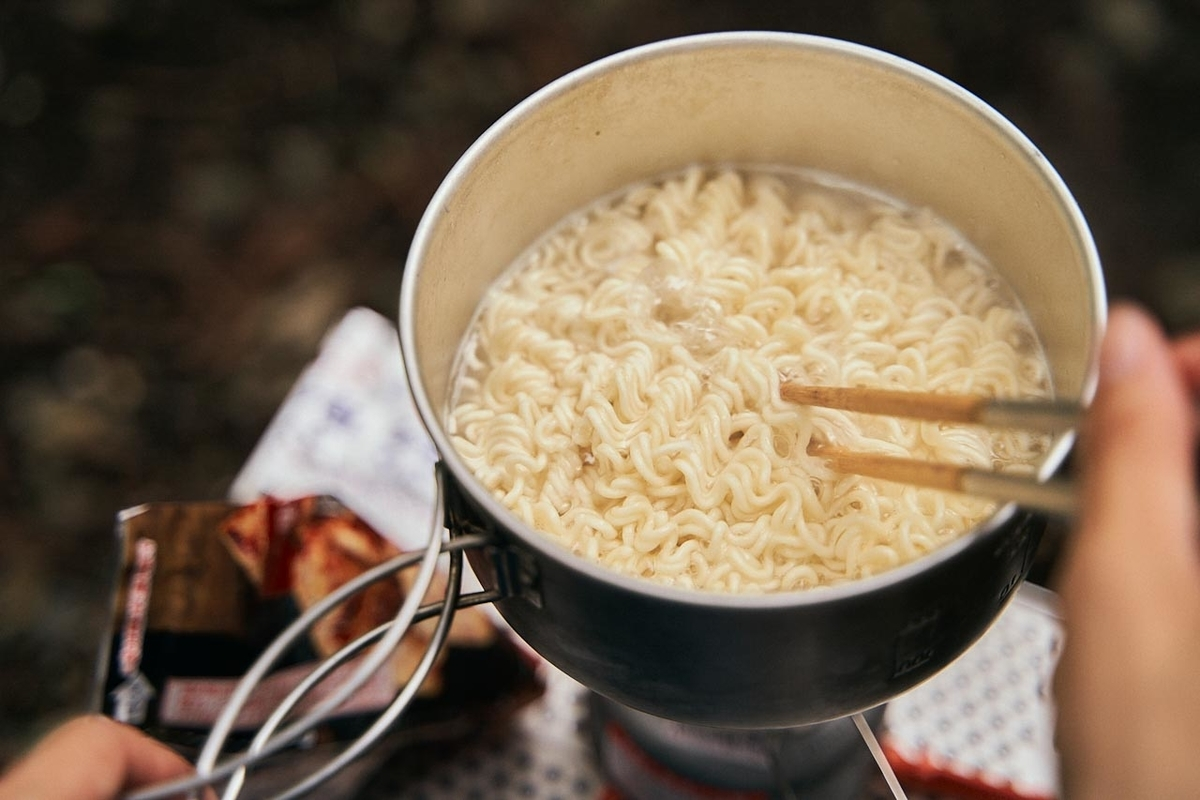 サッポロ一番を沸騰したお湯の中で調理