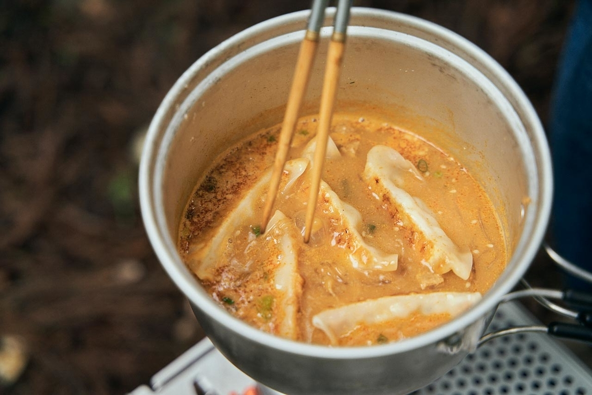 春雨スープを鍋で調理し餃子を投入