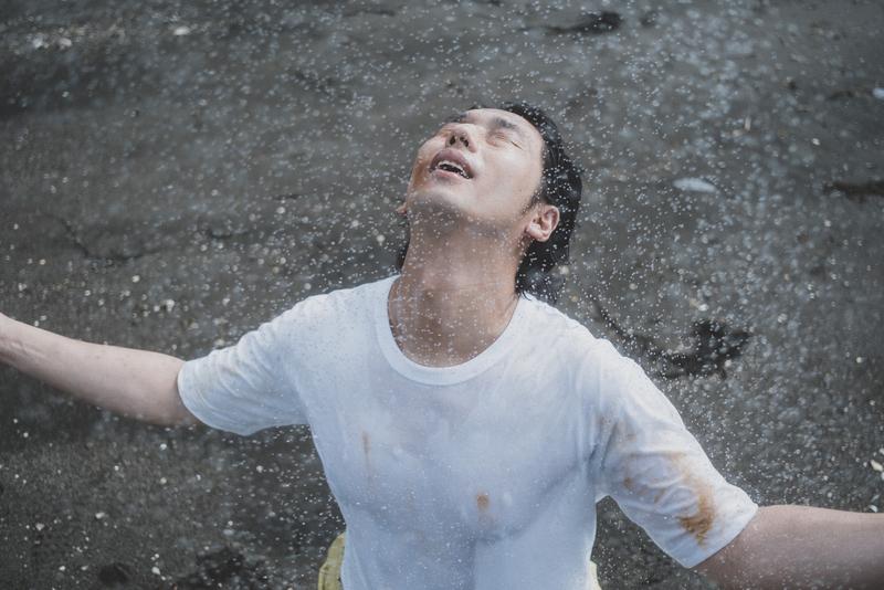 雨に濡れる大川さんの写真