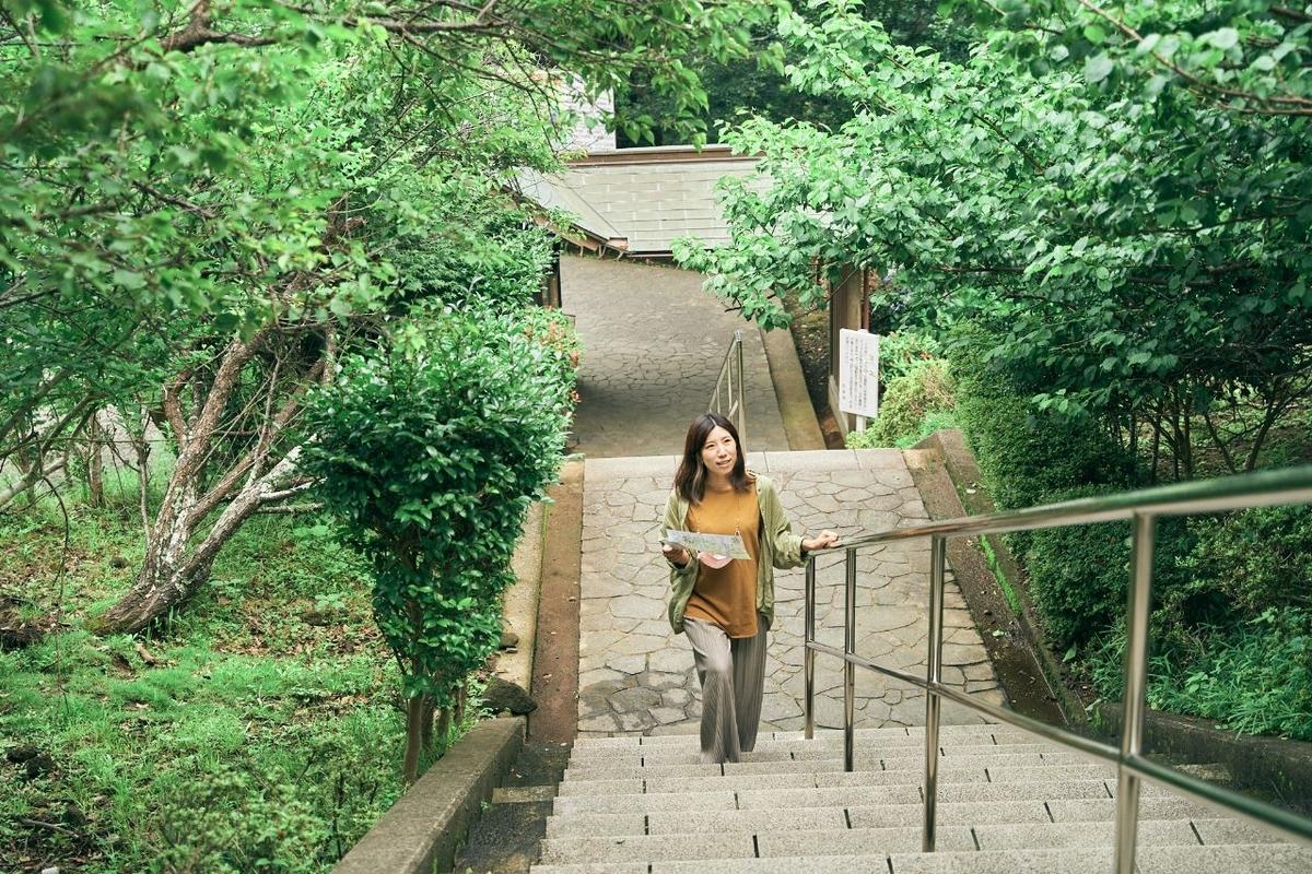 薬師瑠璃光如来へ続く階段を登る木村