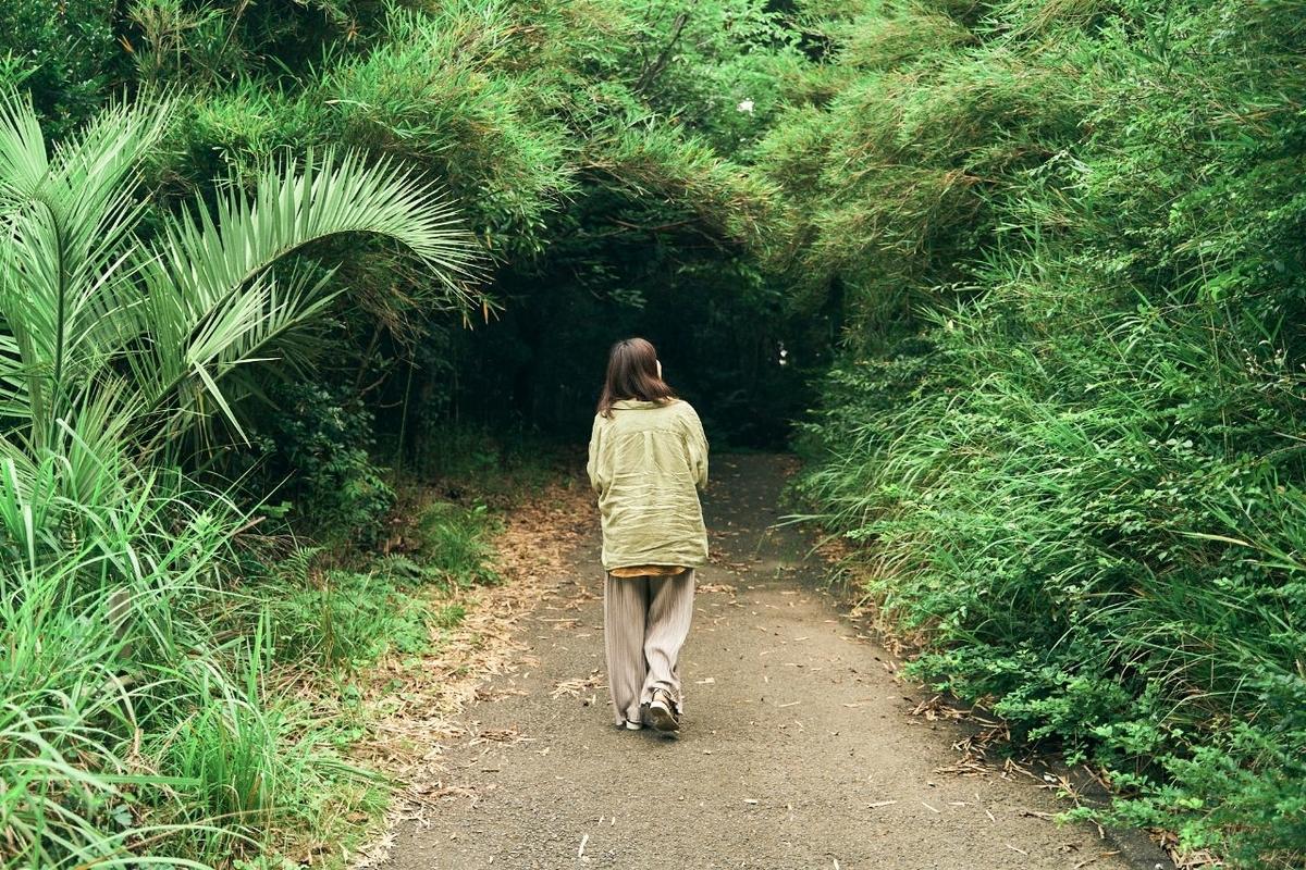 萬徳寺へ続く道を歩く木村