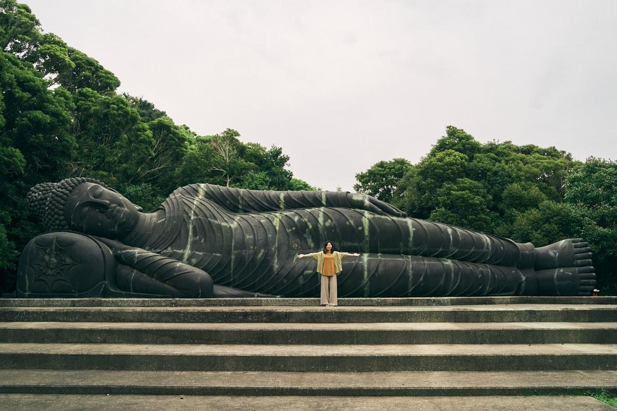 釈迦涅槃仏の前で記念撮影